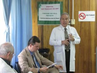 El doctor Andrés Castillo mientras compartía con médicos de Grecia. Lo acompaña el licenciado Carlos Abarca, jefe del área laboral de la UMN.