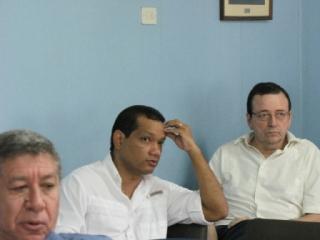 El doctor Ángelo Castillo, directivo de la UMN (centro), durante la reunión de hoy.